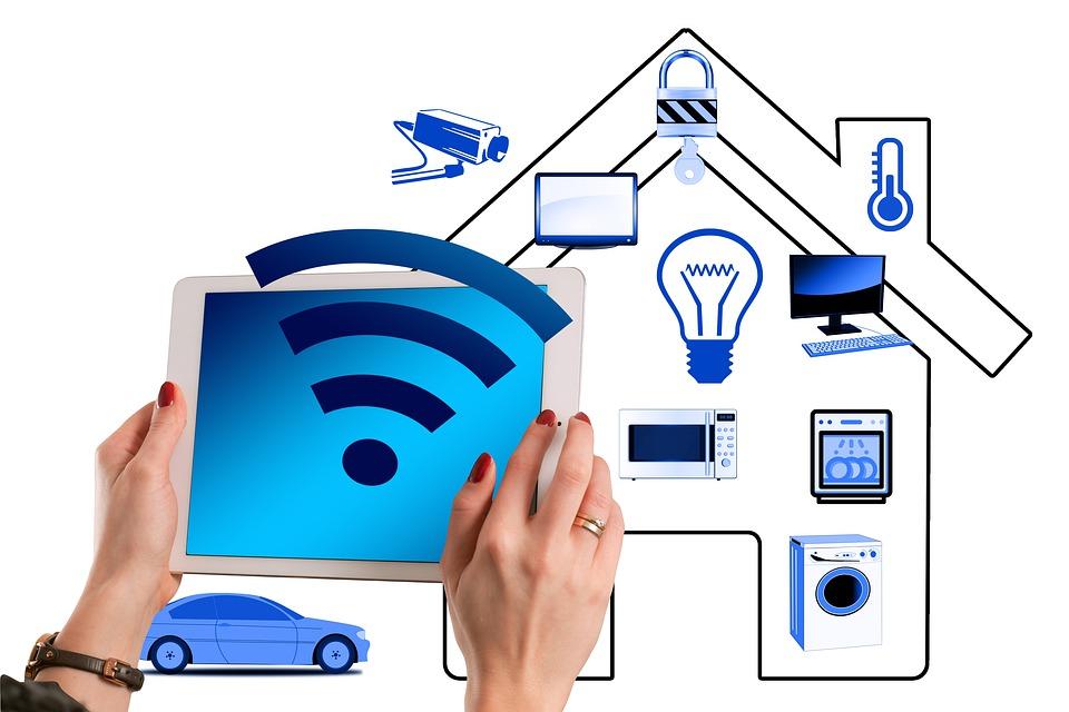 Installationsservice, Bild mit Multimediageräten und IT Geräten.